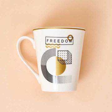 "Tazón de porcelana detalles dorados. Mensaje ""Freedom""."