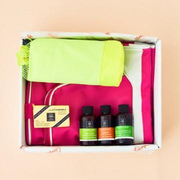 Regalo para Mujeres Deportistas. Bolsa fucsia, toalla microfibra amarilla y cosmética Apivita