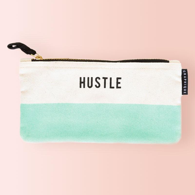 Estuche Portatodo de lona serigrafiado Hustle, verde y blanco. Cierre de cremallera.