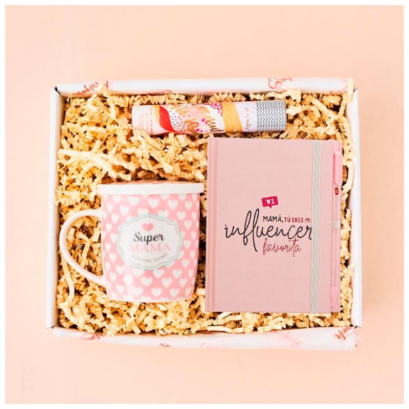 Ideas para regalar a una madre: taza con mensaje, libreta y bolígrafo a juego y perfume.