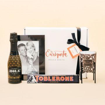 Regalo para parejas romántico y dulce, cava Hola, Toblerone, marco de fotos y portavelas Terrazzo