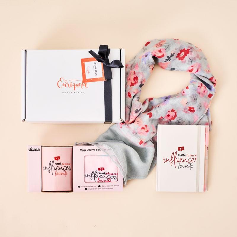 Regalo de cumpleaños para madres influencers: pañuelo de cuello, taza, calcetines y libreta a juego, en color rosa.