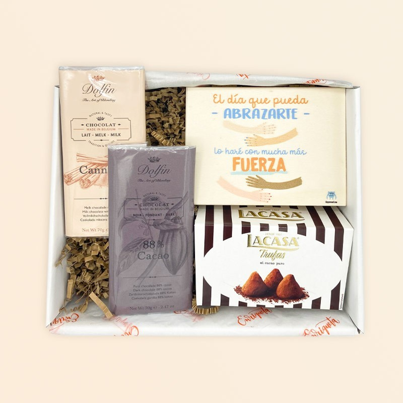 Caja sorpresa con detalles dulces y felicitación